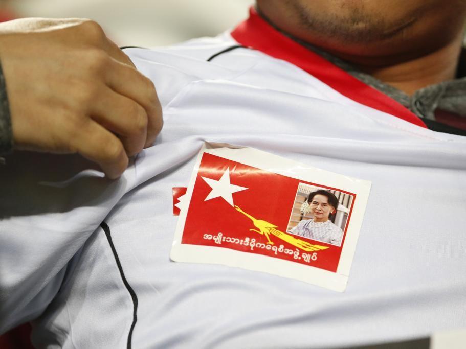 Un aficionado de  Myanmar muestra una pegatina de la líder opositora al régimen de su país Aung San Suu Kyi durante el partido ante Corea del Sur