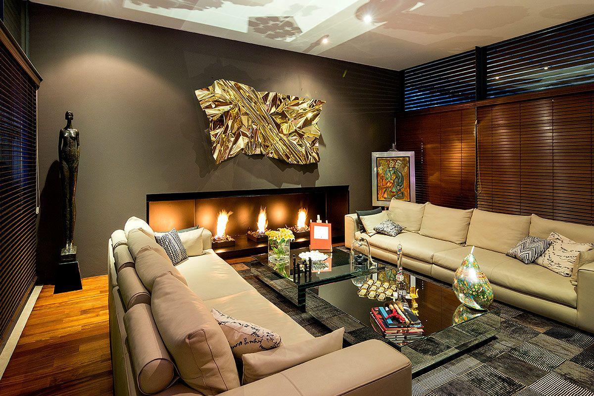 Una residencia al poniente de la Ciudad de México es el refugio perfecto para un coleccionista de arte y una amante del diseño de mobiliario.