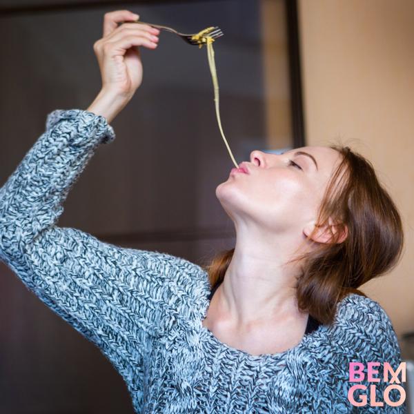 Vem saber mais sobre hábitos que te atrapalham a comer melhor no dia a dia. Anote nossas dicas e fique mais saudável! ;)   Aproveite para conhecer a loja oficial da Gloria Pires!  #gloriapires #bemglo #vidasaudavel #habitos #alimentacao