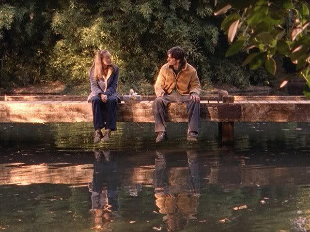 Rory e Jess, seduti sulla riva del fiume, si guardano e parlano. Tratto da un episodio della seconda stagione, uno dei migliori delle Gilmore Girls.