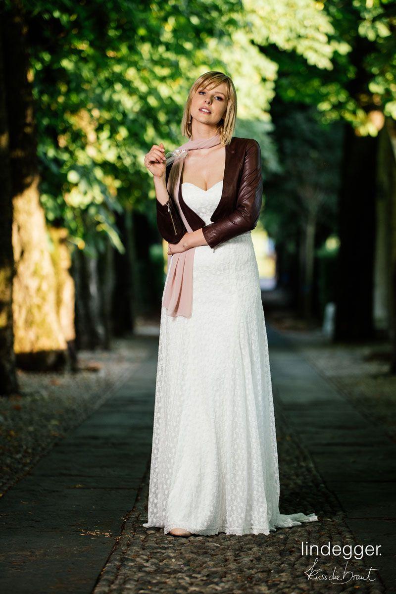 Brautkleid mit Herzausschnitt kombiniert mit lässiger Lederjacke im ...