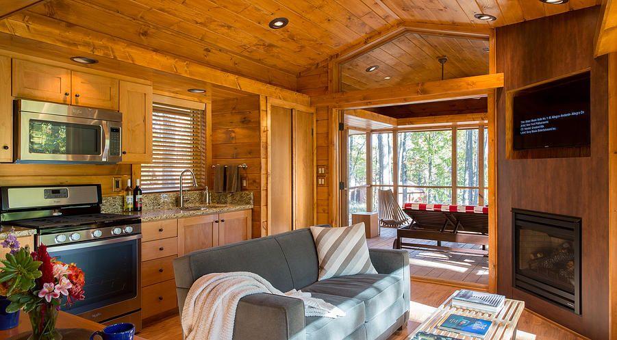 Dise o de peque a casa de madera tiene hermosa fachada y for Diseno de interiores de cabanas