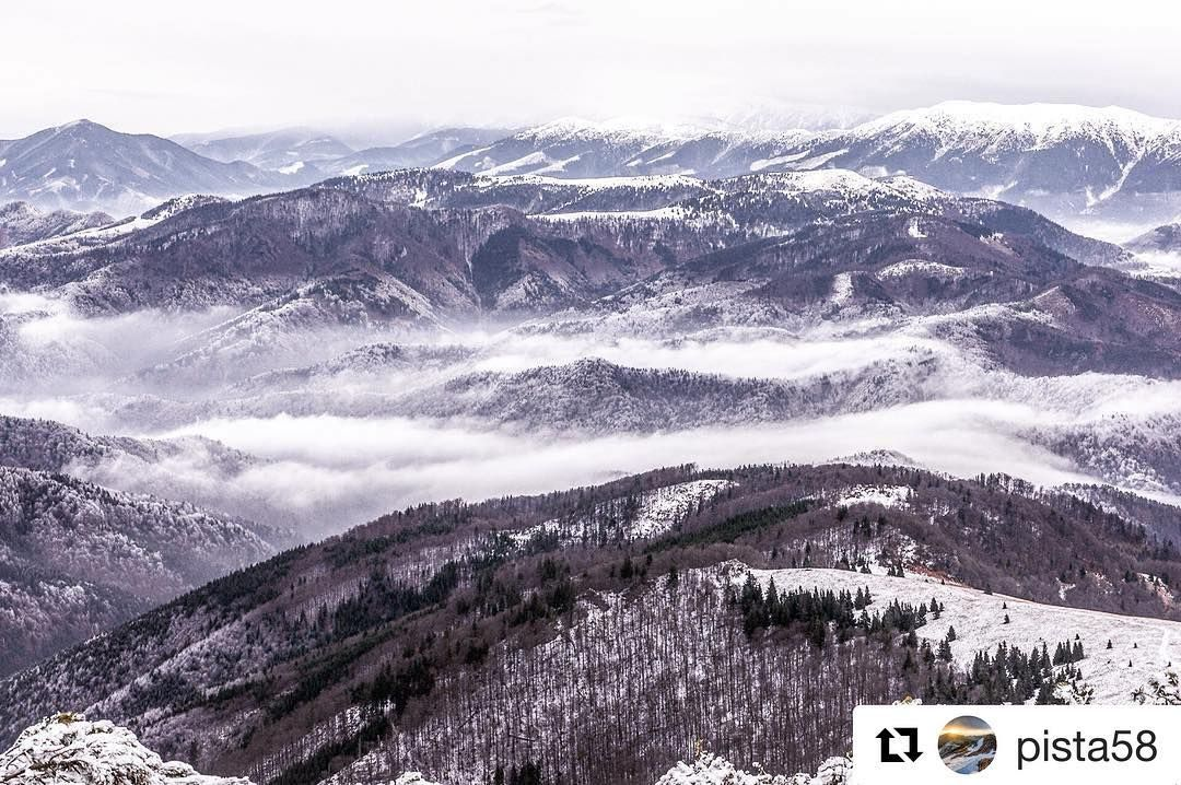 Tomu sa povie výhľad  #praveslovenske od @pista58  #hiking #trip to ostredok #hills #peaks #velkafatra #mountains #inversion #slovakia #nature #landscape #rocks #snow #winter #forest #trees