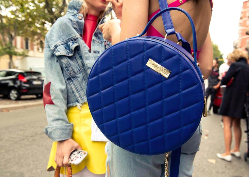 A tendência das bolsas em formato redondo vem cada vez mais forte. Elas podem ser usadas como mochila ou na transversal