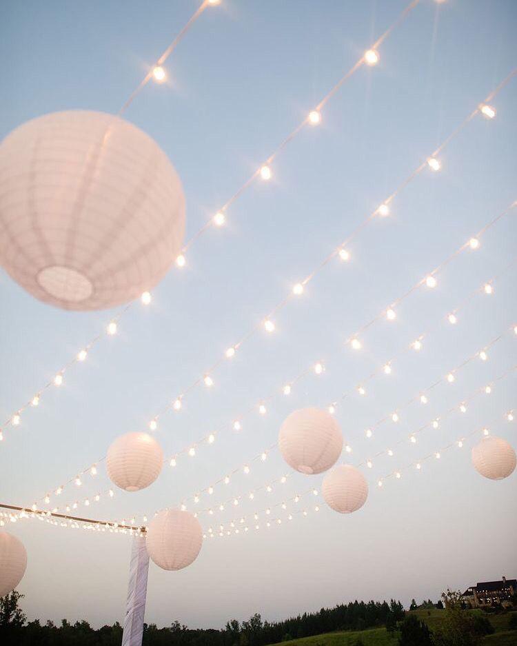 led verlichting snoer met hier aan een aantal lampionnen mooie decoratie op je buiten feest