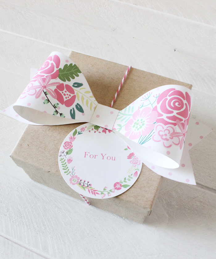 FREE printable paper bows and floral wreath tags in 4 spring colors | #freeprintable