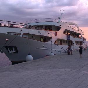 Brod na vezu u gradskoj luci Makarska