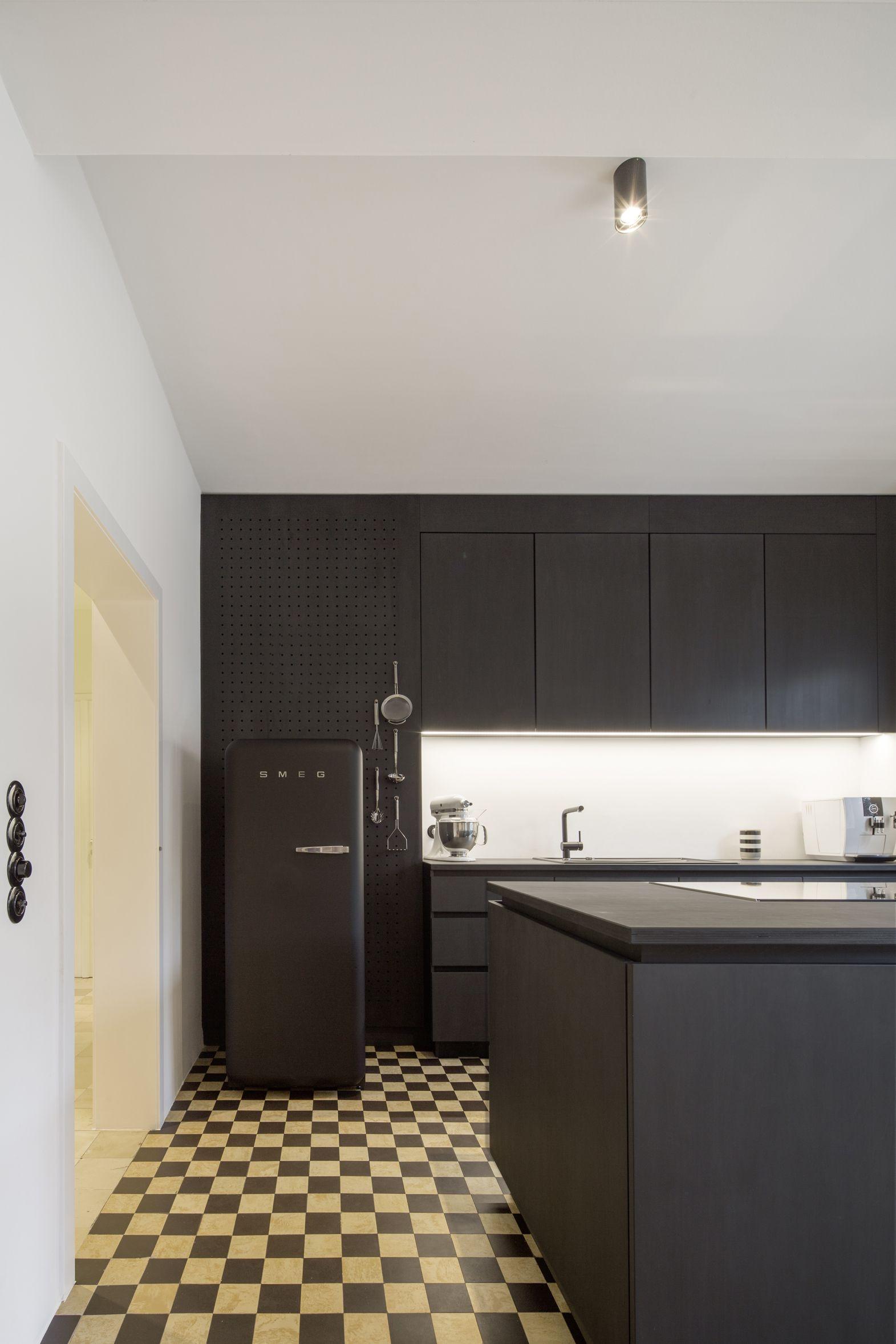 haus k m nster umbau und sanierung schwarze k che trifft alte fliesen im schachbrettmuster smeg. Black Bedroom Furniture Sets. Home Design Ideas