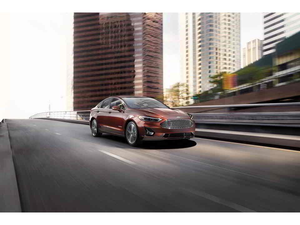 فورد فيوجن هايبرد 2020 الجديدة تصنف في فئة السيارات الهجين والكهربائية لديها مقصورة داخلية راقية مع العديد من المميزات التقنية لكنها أقل كف In 2020 Sport Cars Car Cars