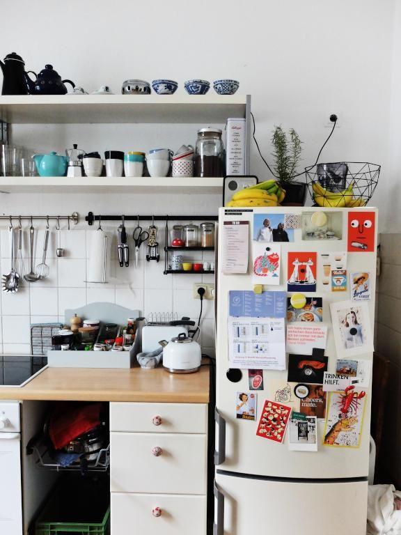 sch ne altbauk che in hamburg mit offenem regal und kreativ gestaltetem k hlschrank k che. Black Bedroom Furniture Sets. Home Design Ideas