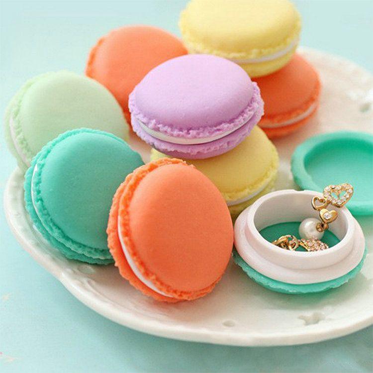 boîte cadeau macarons, à remplir et à glisser au milieu d'une boîte de macarons = double surprise !