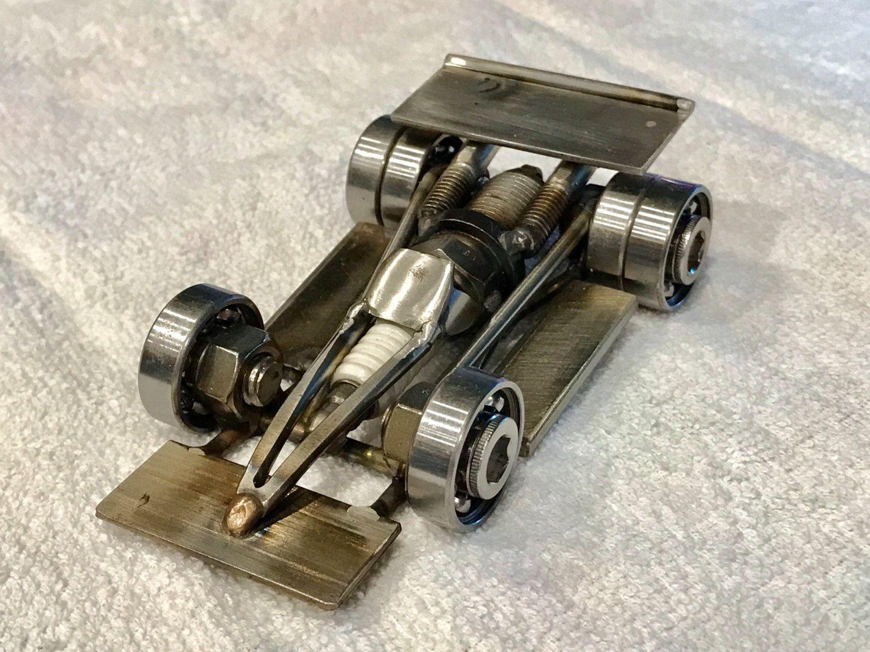 Este coche de carreras es una escultura de arte basada en un Indy ...