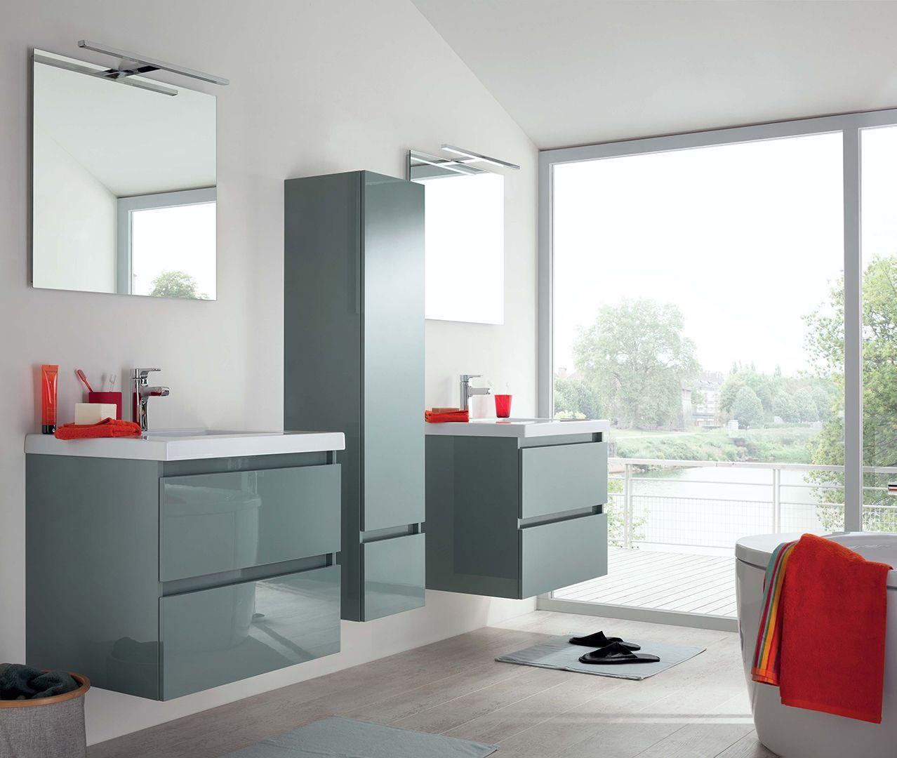 esprit zen pour cette grande salle de bain lumineuse et moderne les 2 meubles avec
