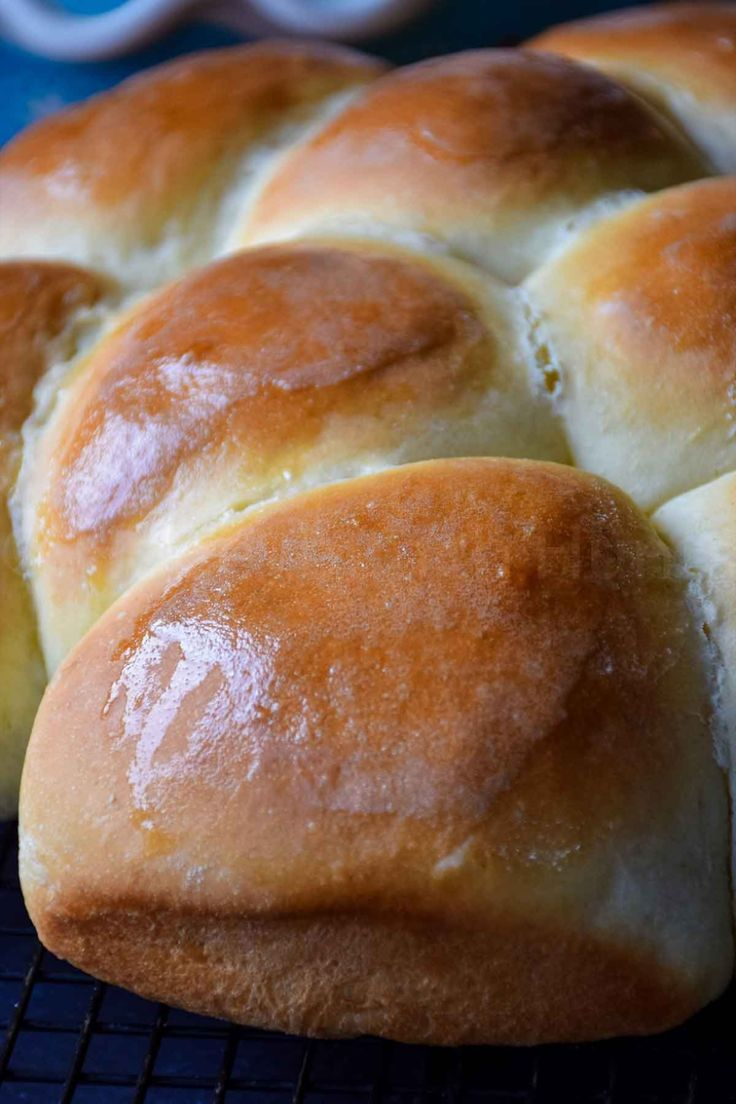 Quick Dinner Rolls Are A Buttery Sweet Soft Roll That You Can Make When You Want A Hot Roll F In 2020 Dinner Rolls Quick Dinner Rolls Homemade Dinner Rolls