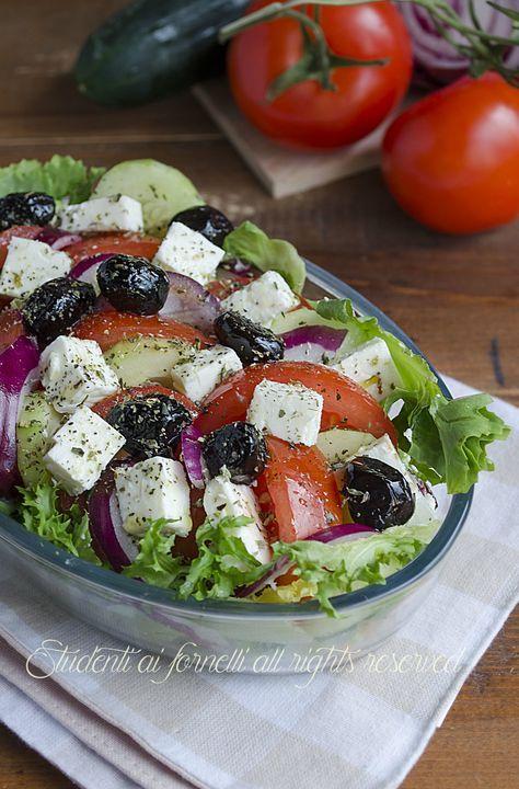 Insalata greca con feta pomodori cipolle cetrioli e olive for Cucinare cetrioli