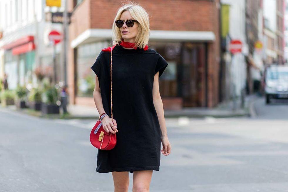 El pañuelo rojo es el perfecto compañero en los looks 'total black' como éste.