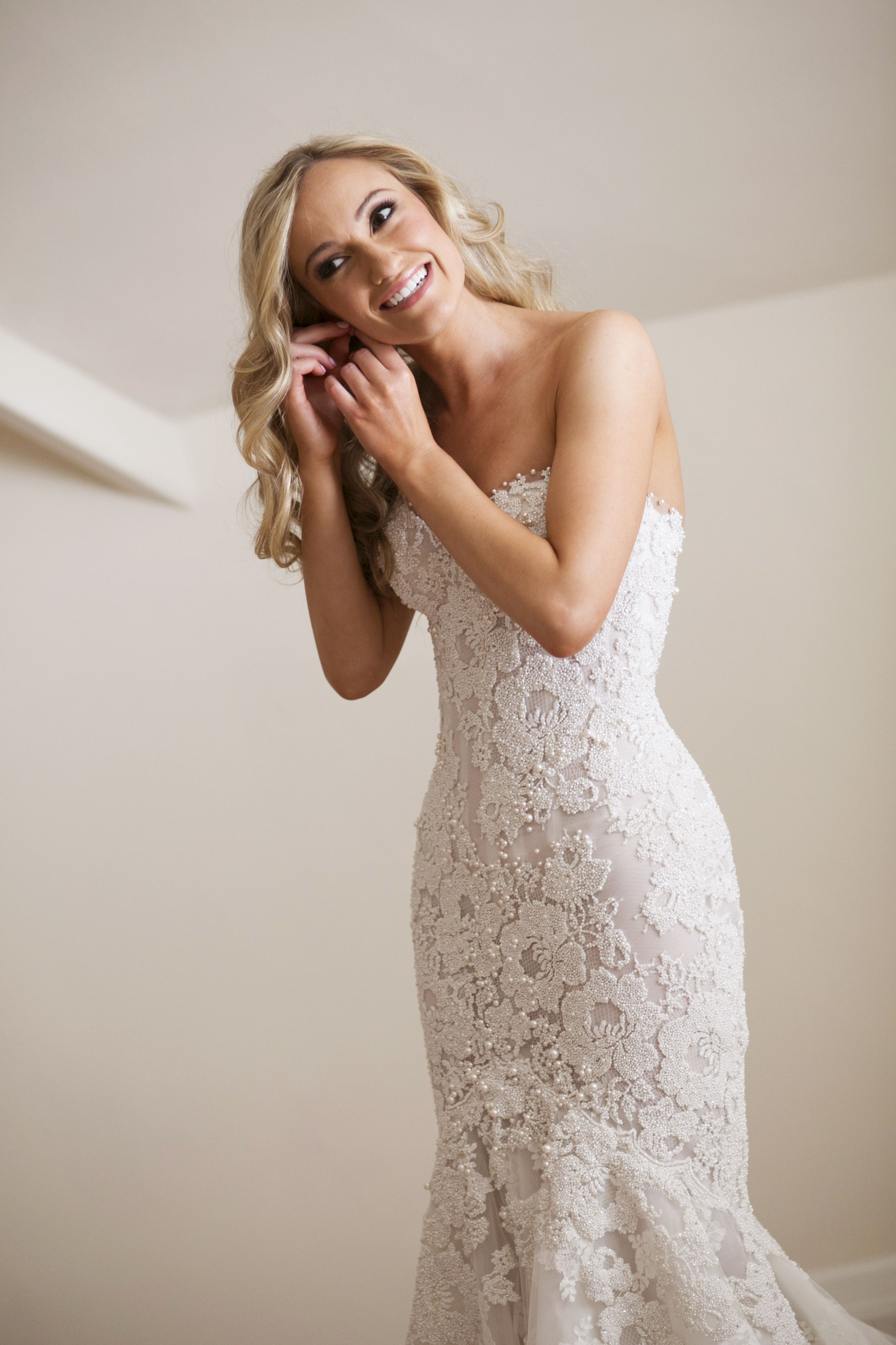 Bride in her amazing Lace wedding dress | itakeyou.co.uk