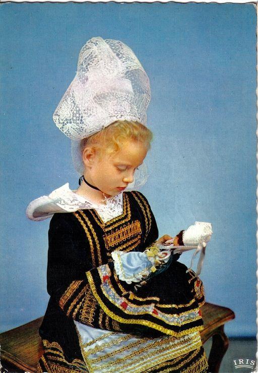 carte postale france bretagne costume de pont aven petite fille la poup e oblit ration. Black Bedroom Furniture Sets. Home Design Ideas
