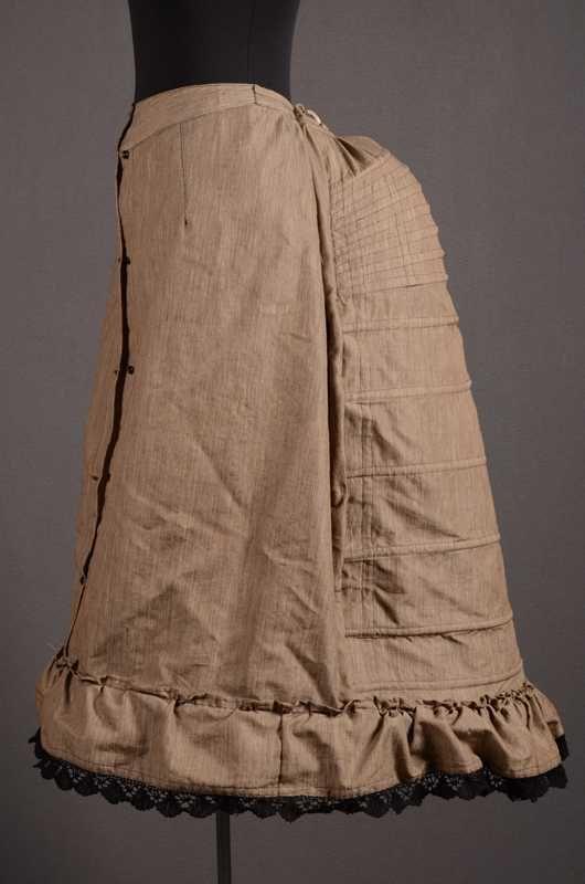 Tournure Een queu onderrok van grijs mohair.  Identifier 8946 Creation date  1885 Material mohair Object Type women's costume, underwear, bustle Local type dameskleding, onderkleding, tournure Centraal Museum