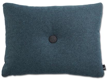 Pute i 100 % ny ull, Dot 1 Divina Melange. Design Hay. H:43 x:58 cm, med innerpute. 1 knapp i Anthracit på den ene siden og 1 knapp Aqua på den andre siden.