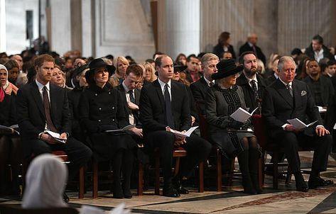 Prins Charles, zijn vrouw Camilla, prins Harry, prins William en zijn vrouw Kate hebben donderdag een herdenkingsdienst voor de slachtoffers van de brand in Grenfell Tower bijgewoond.