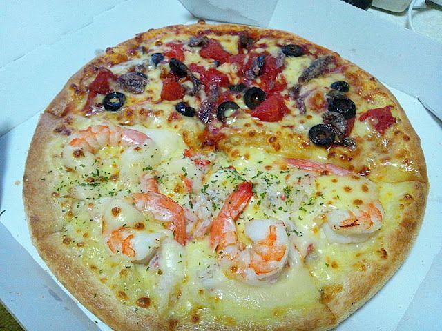 シーフードとアンチョビ・オリーブ・トマトのピザ