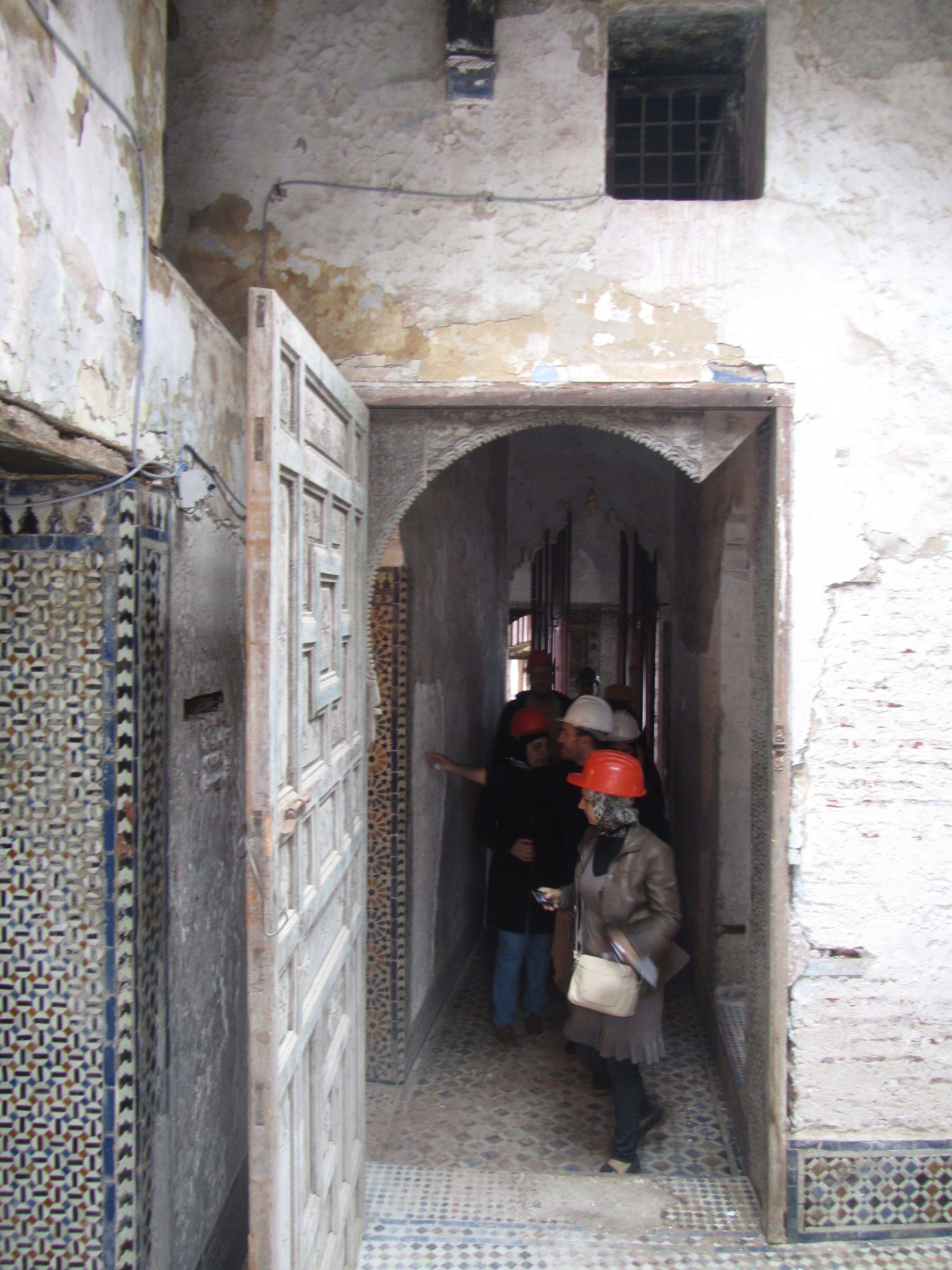 Tetouan أعمال ترميم المدرسة القديمة للا سكينة أبواب الدار الأثرية وممراتها من الداخل Decor Photo Fireplace