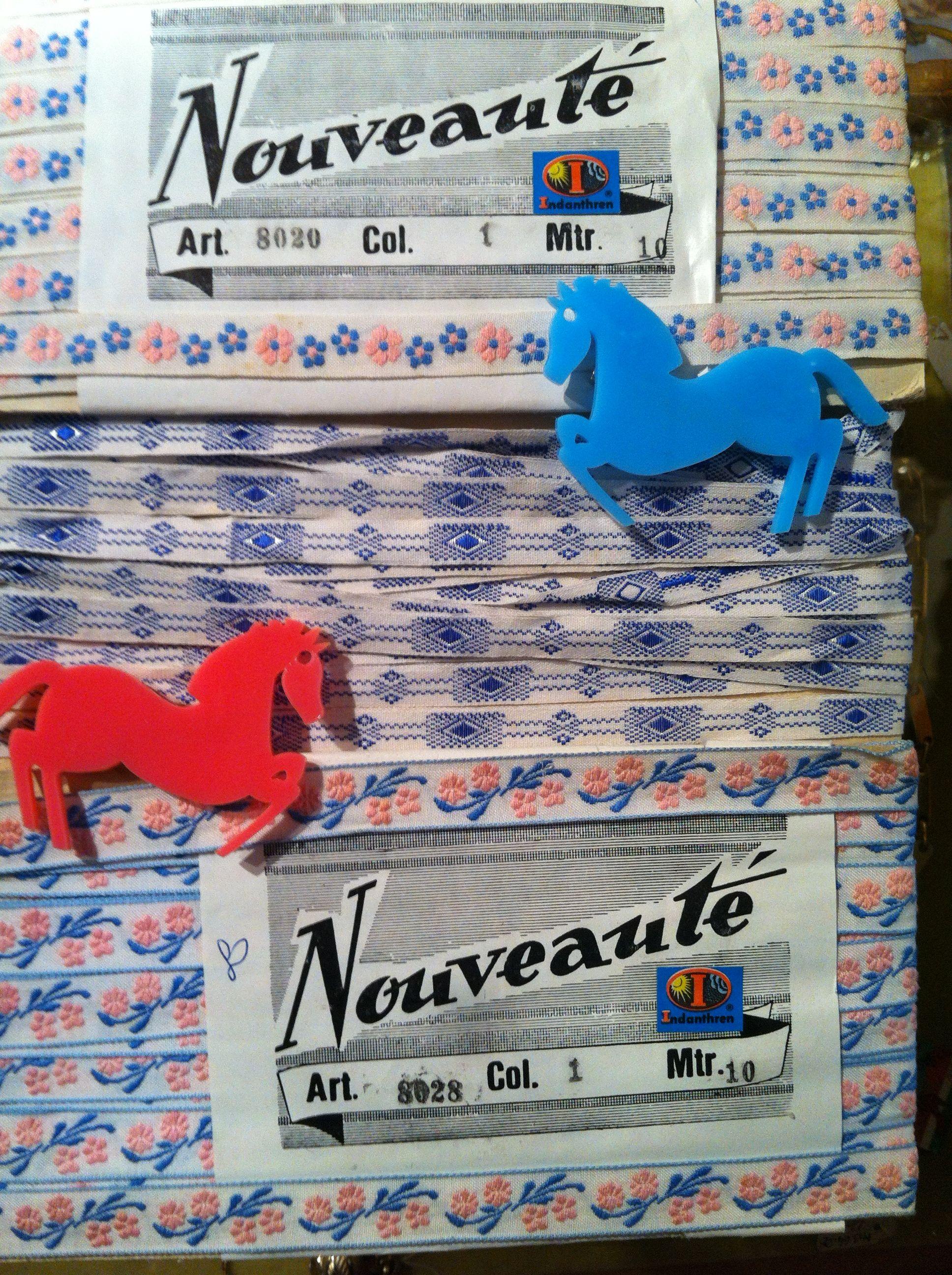 Cavalli e nastri - via mora 12 Passamaneria con spille cavalli