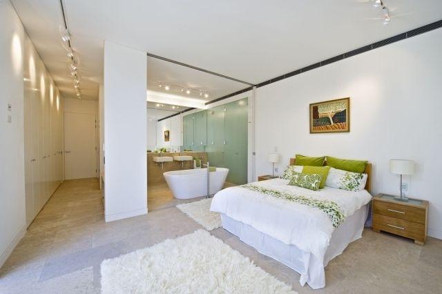 schlafzimmer badezimmer keine wand bett badewanne weiß grün, Badezimmer