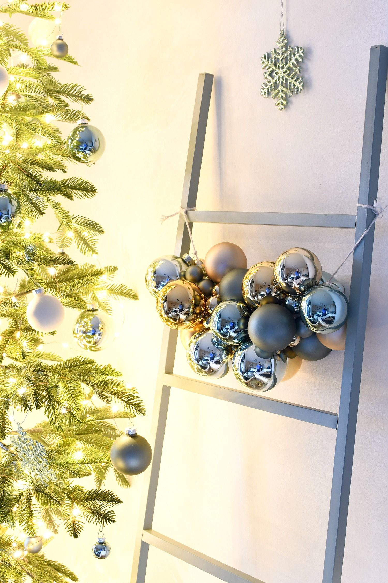 Een Super Simpele Slinger Van Kerstballen Kerstballen Kerst Slingers Kerstmis Decoratie Knutselen