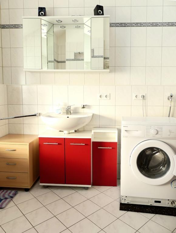 Schönes Bad in Weiß mit einer Betonung von roten Unterschrank #Bad - fliesen bad wei