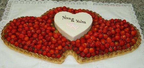Doppelherztorte Aus Erdbeeren Mit Kleiner Dekortorte Aus Butterkrem
