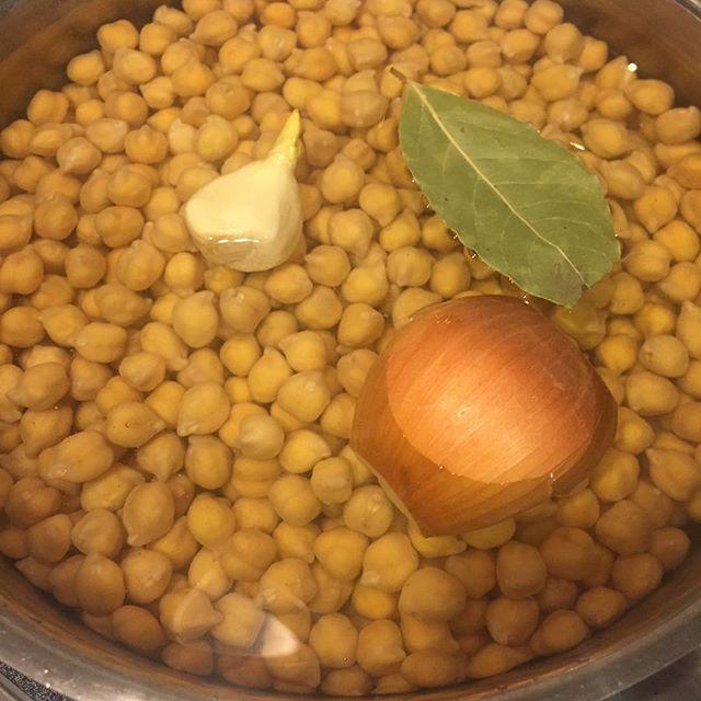 sichiri向こうで買ってきたひよこ豆の下ゆで〜。玄米×キヌアも炊く。寒い朝は、ガスを使うことが喜びに変わるのだ。  #おうちごはん #ひよこ豆 #garbanzo