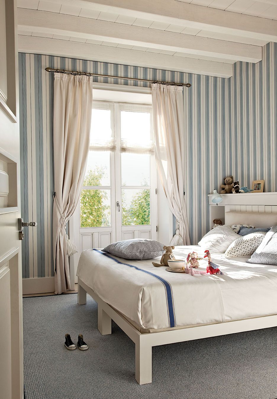 Dormitorio infantil con papel pintado a rayas blanco y - Papel pintado dormitorio principal ...