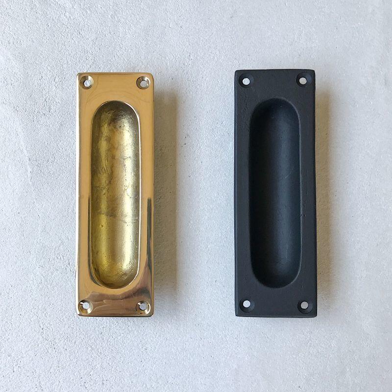 真鍮製の引き戸取っ手 従来の引き戸取っ手よりも大ぶりで深さもある