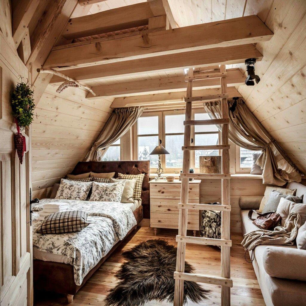 Geschmacksvoll eingerichtetes Schlafzimmer im Dachgeschoss ...