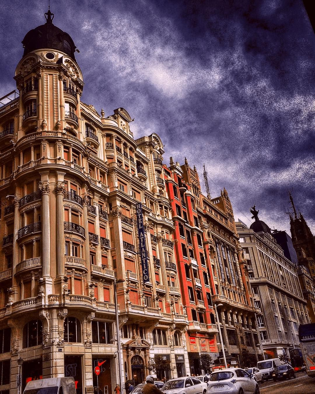 En el corazón de la ciudad | At the heart of the city.  Gran Vía Madrid #mobilephotography #madrid #architecture