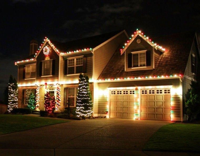 luces navideñasde color blanco rojo y verde decorando la casa en
