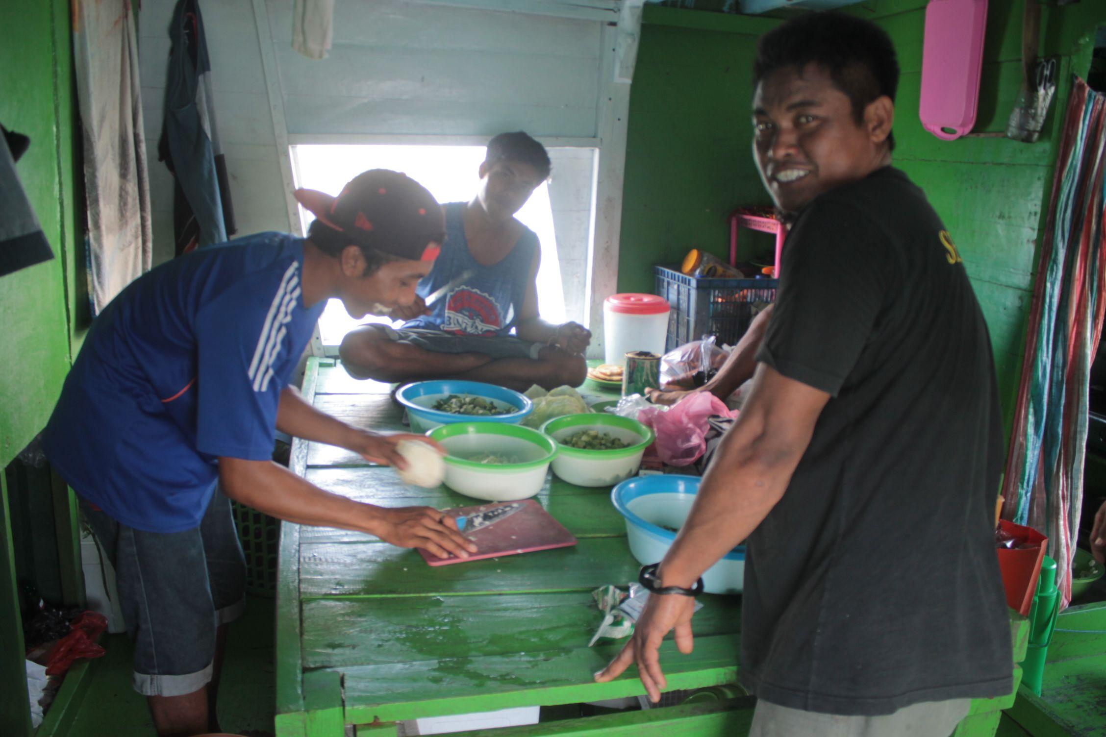 La tirpulación preparando la comida