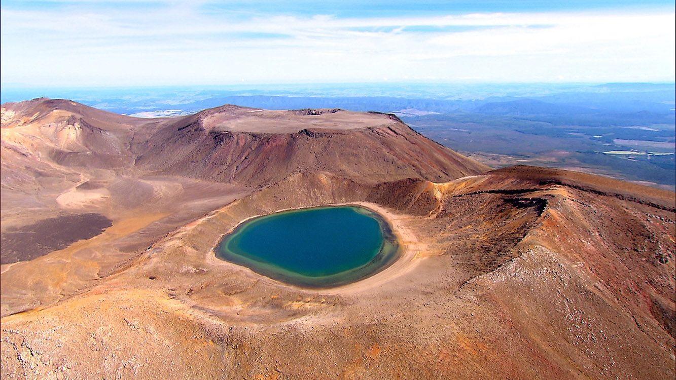 O Parque Nacional de Tongariro, na Nova Zelândia, primeiro parque do mundo a ser reconhecido pela UNESCO como patrimônio da humanidade, em matéria do Globo Repórter. Lagos cor de esmeralda se formam em meio a vulcões e crateras