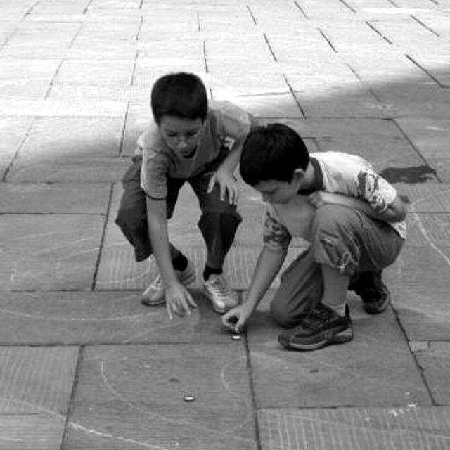 sconto di vendita caldo acquista per genuino 2019 autentico Due bambini giocano con dei tappi su una pista disegnato per ...