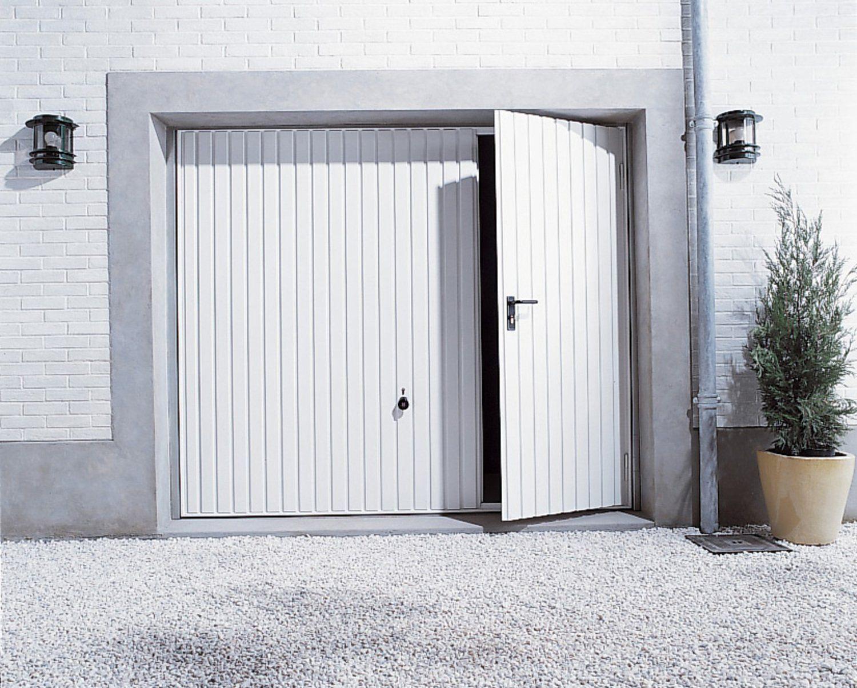 Une Porte De Garage Basculante Avec Un Portillon Projets Atilde Nbsp Essayer Porte De Garage Basculante Porte Garage Portillon