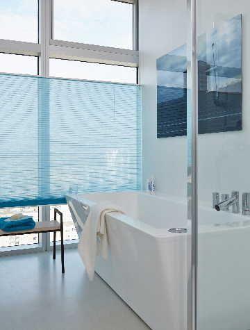 Kylpyhuoneeseen avaruutta luovat lasiset seinät sekä suuret ikkunat. #etuovisisustus #luxaflex