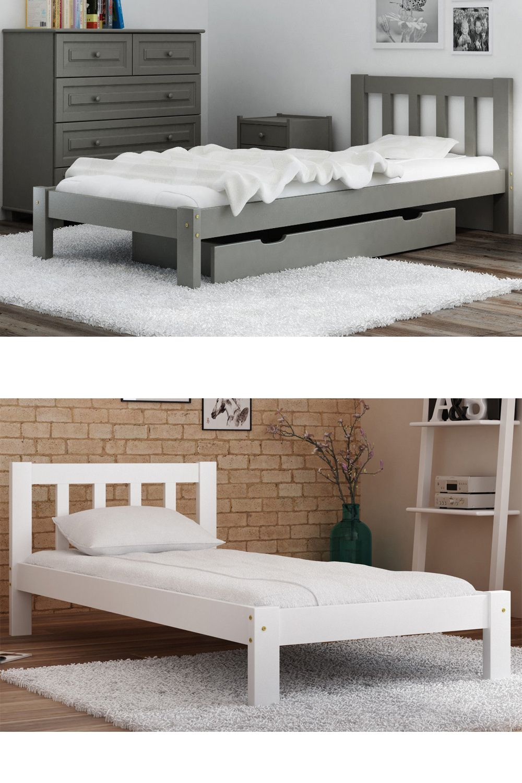 Das Bett Wird Durch Klassisches Bettgestell Charakterisiert
