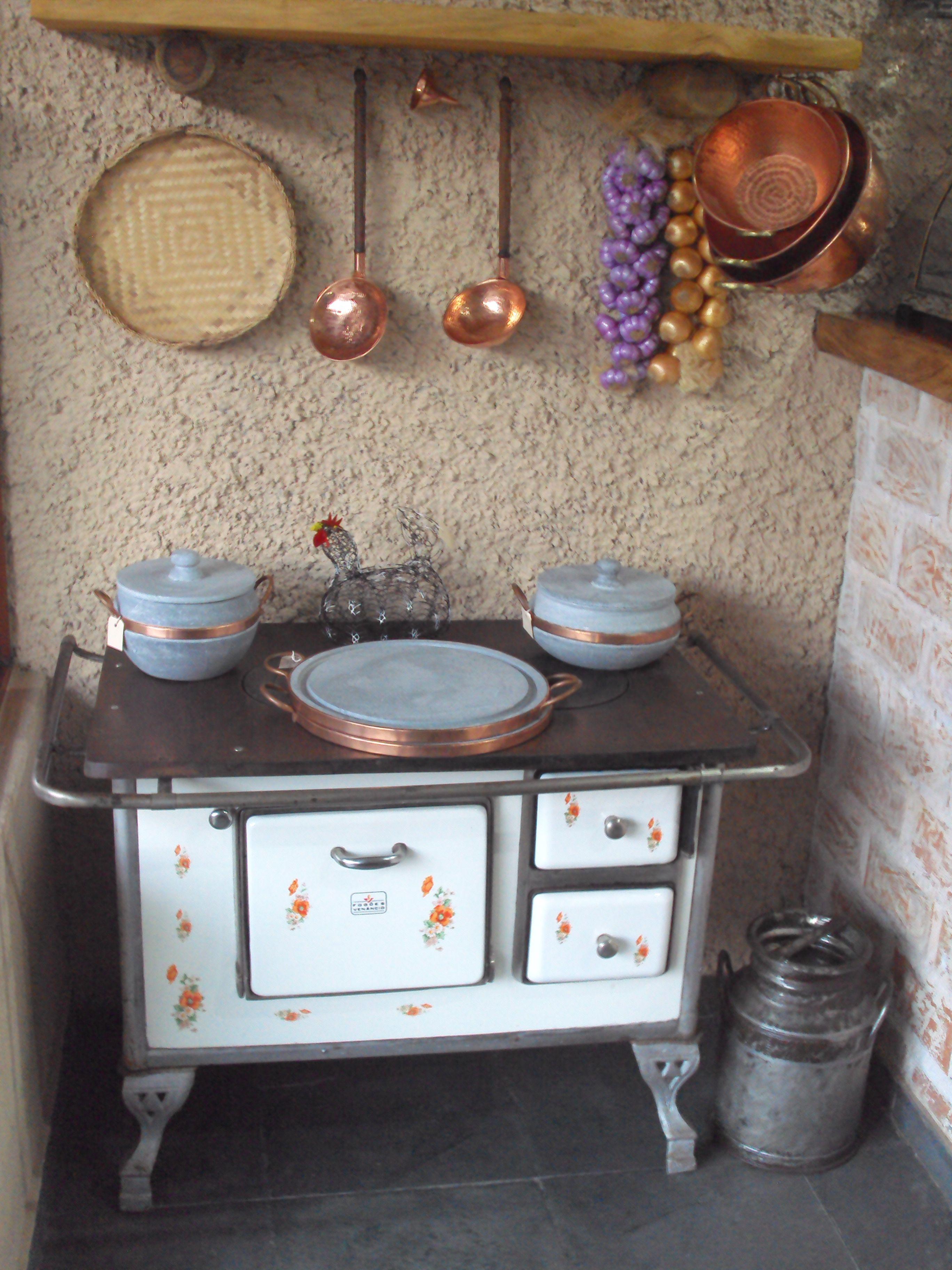 Olha que graça essa decoração do Antiquário Caffé Caldonazzi da cidade de Teresópolis - RJ. Foi produzida com itens bem característicos da fazenda, inclusive com réstias de cebola e de alho artesanal.