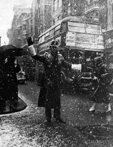 Topical Press Agency/Stringer - Snowfall In London. 1956. S)