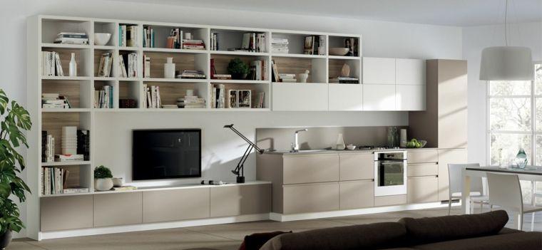 Open space con cucina e parete attrezzata attaccata con libreria e ...