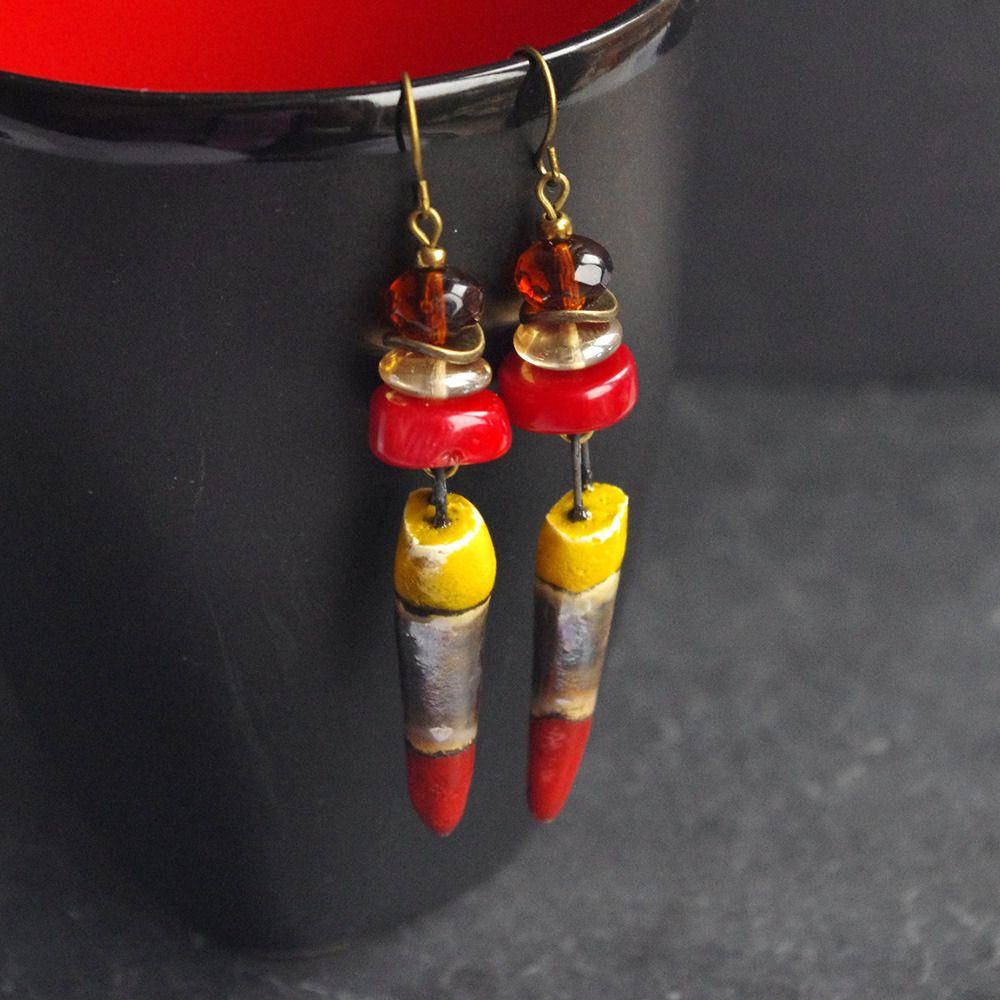 Boucle d oreille dague jaune rouge, pic gorgone et céramique , bijou ethnique, pique tribale : Boucles d'oreille par cocoflower