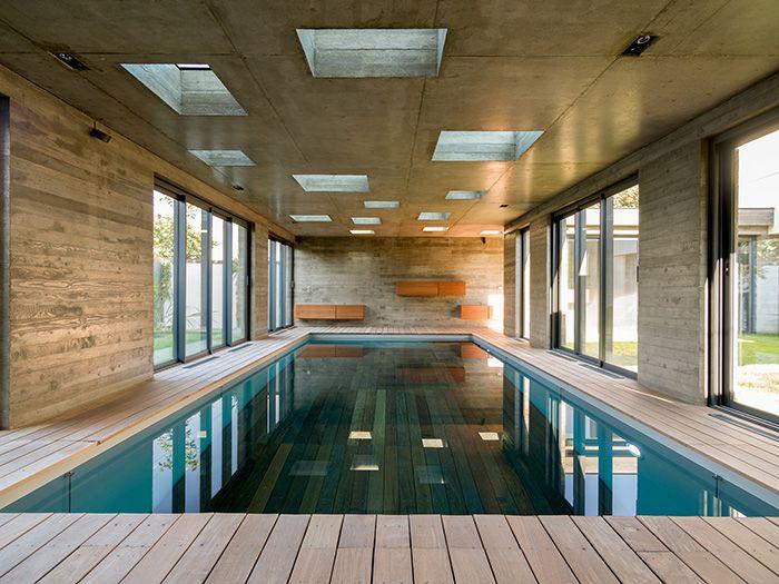 Vue depuis lu0027autre côté On devine à droite le passage couvert qui - location villa piscine couverte chauffee