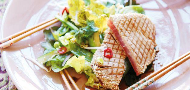 Lekkere frisse salades zijn de ultieme zomergerechten. Deze Thaise salade met gegrilde tonijn komt uit het kookboek van Sandra Ysbrandy, 'Aan de keukentafel'.